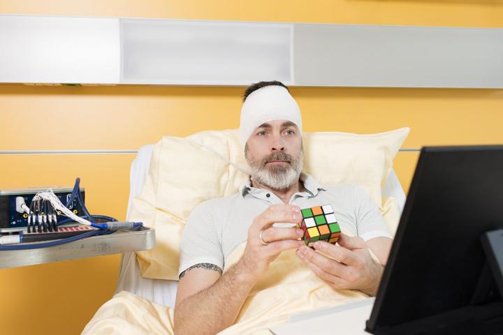 بیمار در حال حل مکعب روبیک